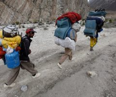 porters-marching-toward-jula-from-askol